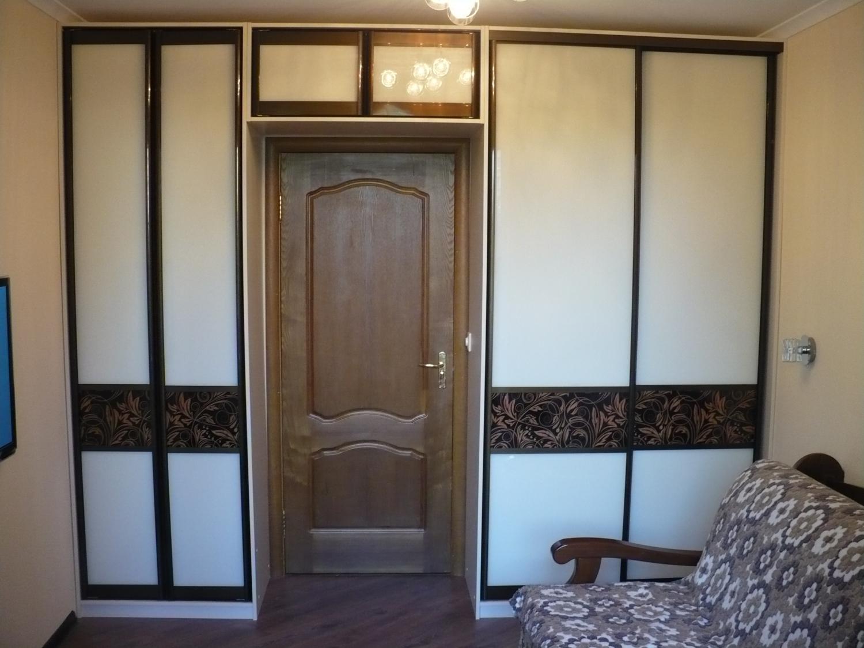 Шкафы вокруг дверного проема. шкаф-купе на балконе. - шкафы-.